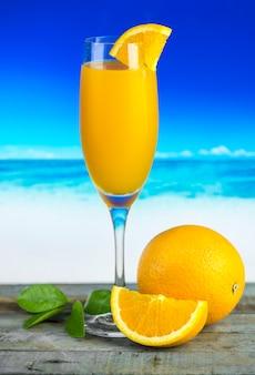 Свежевыжатый органический апельсиновый сок