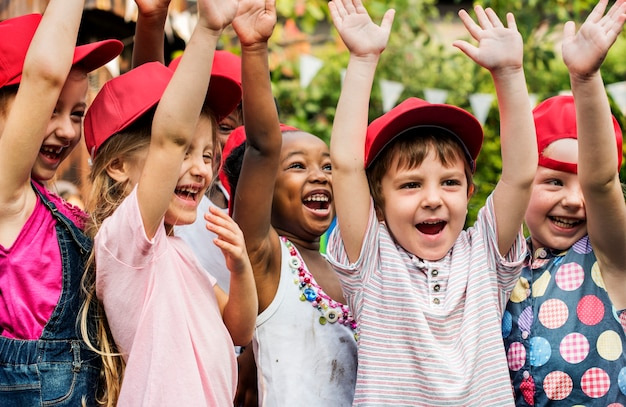 子供の学校の友人の手のグループは、幸せ笑顔学習を育てた