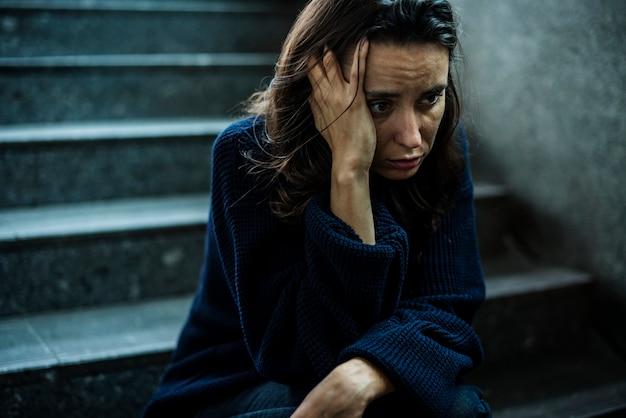 Женщина сидит стрессом на лестнице