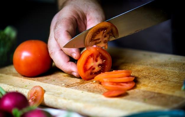 トマトをスライスする人