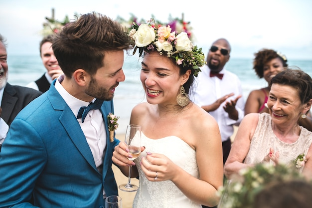 若いカップルの結婚式の日