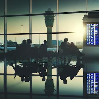 ビジネス旅行者飛行機の空港コンセプト