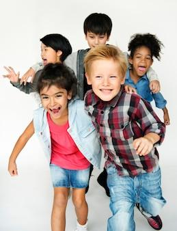 楽しんでいる子供のグループ