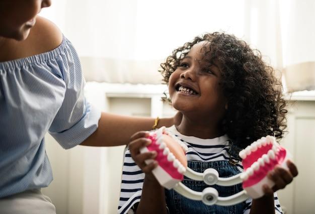 若い子供が歯科医に会う