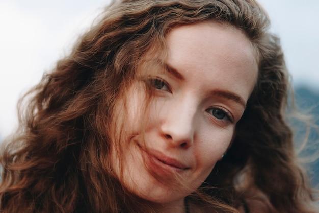 かわいい髪の美しい女性の肖像