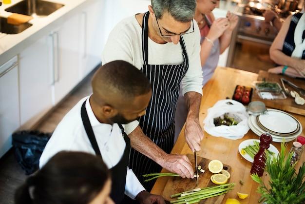 キッチンで調理する友人のグループ