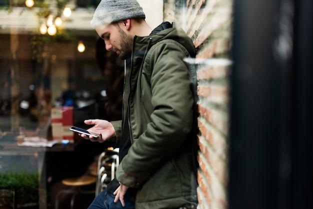 Человек использует мобильный телефон