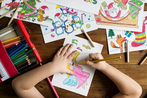 Маленькая девочка рисования и раскраски