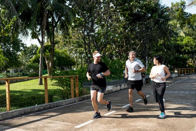 公園でジョギングする人々