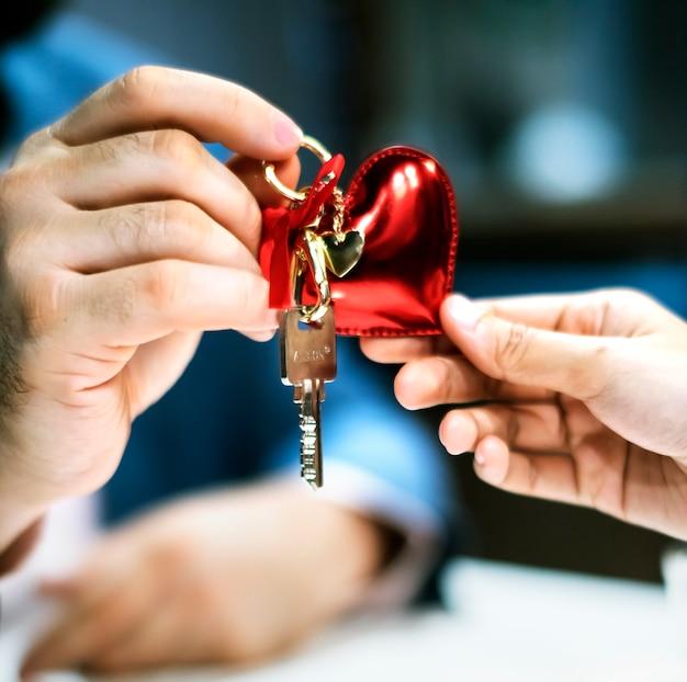 家の鍵を贈り物として渡す男