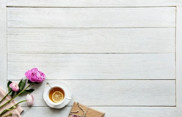 ホット茶の飲み物休憩と空想のコンセプトの空の景色