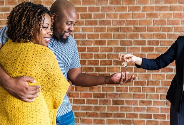 ブラックカップルが新しい家を買う