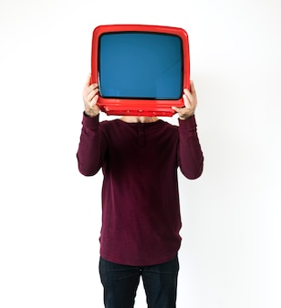 Человек, стоящий и держащий телевизор