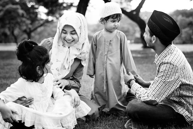 屋外で楽しい時間を過ごすイスラム教徒の家族