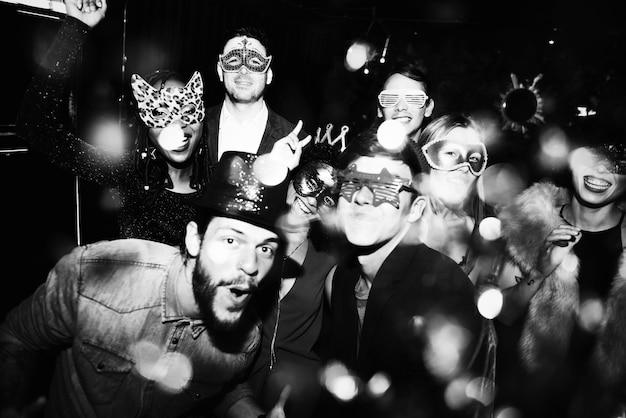 新しい年のイブパーティーを楽しむ人々