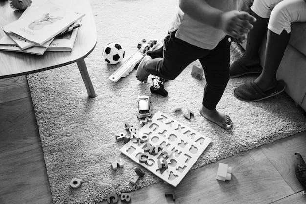 リビングルームでおもちゃを持って遊ぶ子供たち