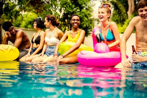 スイミングプールに座っている友達