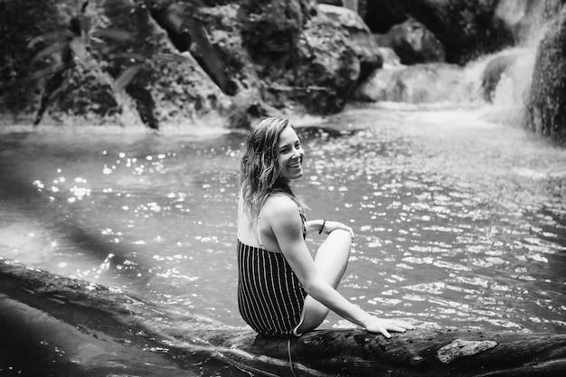 美しい女性、滝で