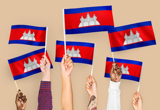 Руки размахивают флагами камбоджи