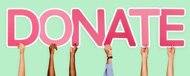 Розовые буквы, образующие слово «пожертвовать»