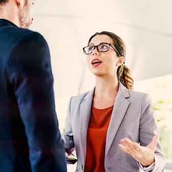 ビジネスの人々の討論コミュニケーションの合体概念