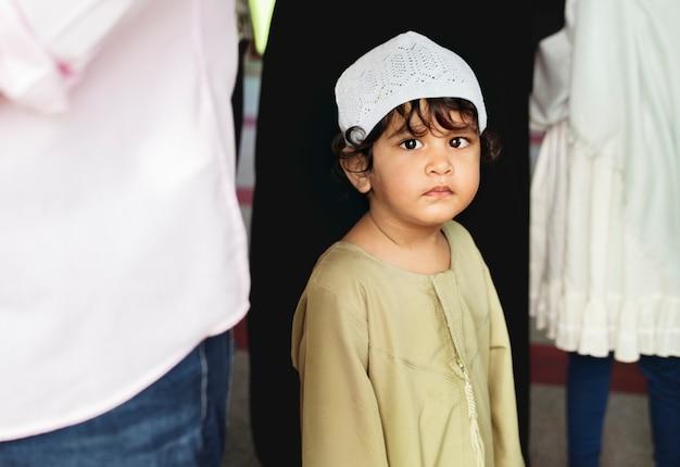 モスクのイスラム教徒少年