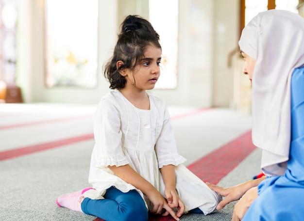 日曜日の学校のイスラム教徒の女の子
