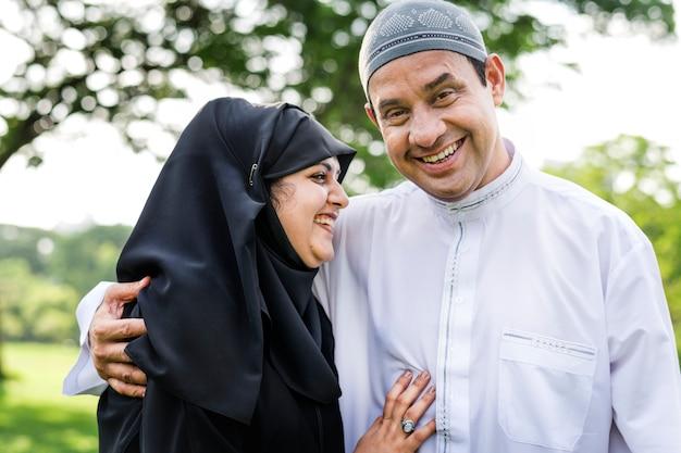 公園内のイスラム教徒の夫婦