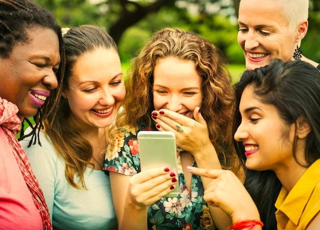Друзья смеются над чем-то на телефоне