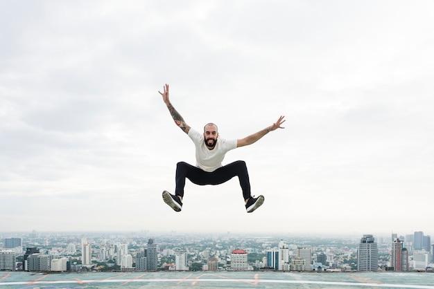 屋上でジャンプする男