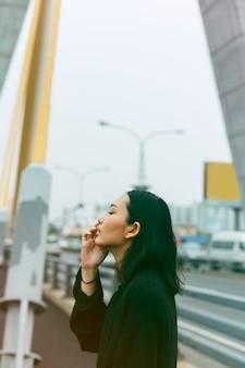 都市のアジア人女性