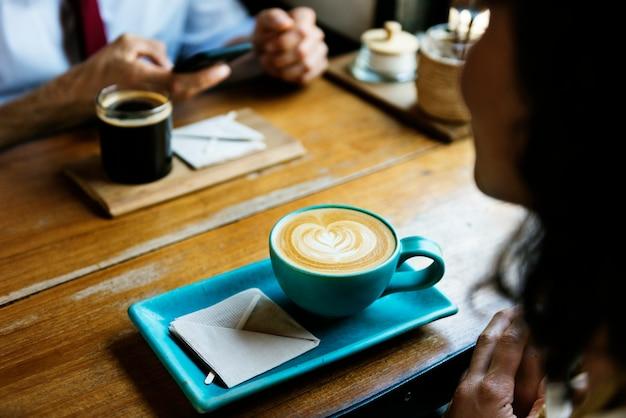 人々はコーヒーショップで一緒にハングアウトする