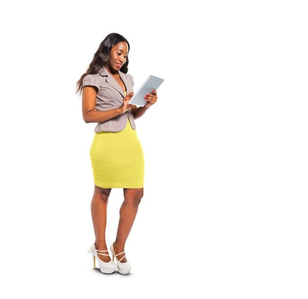 デジタルタブレットを使用して明るいカジュアルな女性