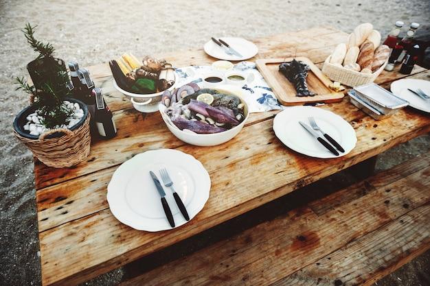 おいしい海の食べ物木のテーブルベンチショアコンセプト