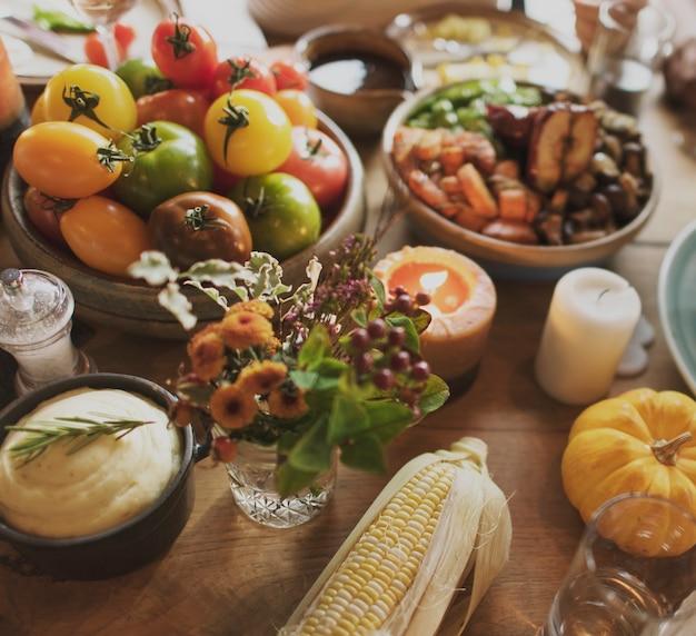 トマトはマッシュドジャガイモトウモロコシ感謝祭の祝典のコンセプト