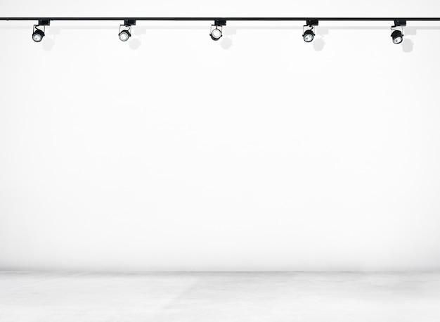 白い壁とスポットライト付きコンクリートの床