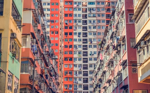 混雑したダウンタウンビル放棄アパート
