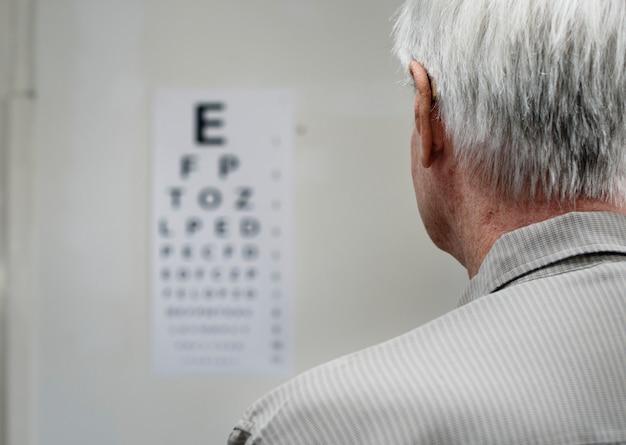 高齢患者が視力検査を受けている