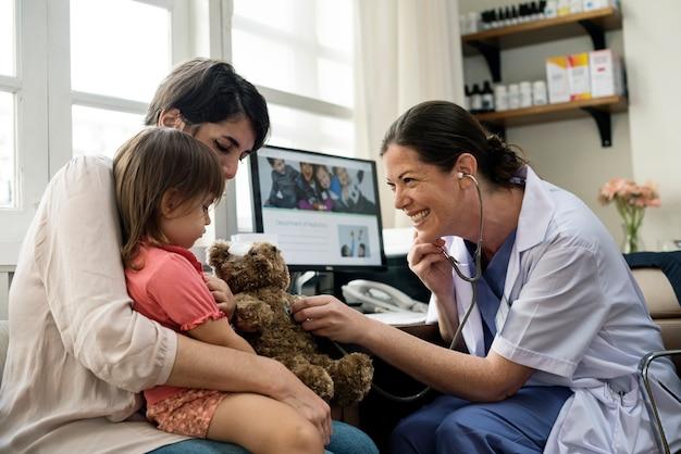 若い患者が医者から診断を受けている