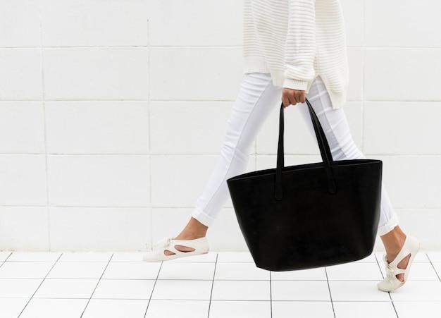Женщина с черной сумкой