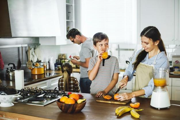 キッチンに一緒に家族