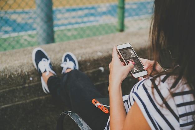 若い、女、スマートフォン、公園、使う