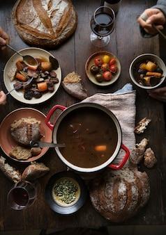 肉のシチューの食事の写真レシピのアイデアと夕食テーブル