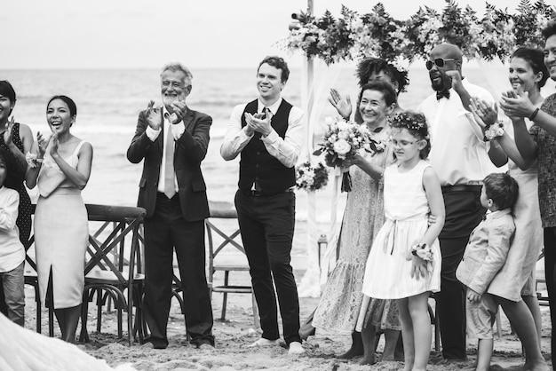 花嫁と新郎のために拍手する結婚式のゲスト