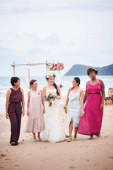 彼女の結婚式での幸せな花嫁とゲスト