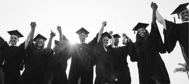 多様な卒業生のグループ