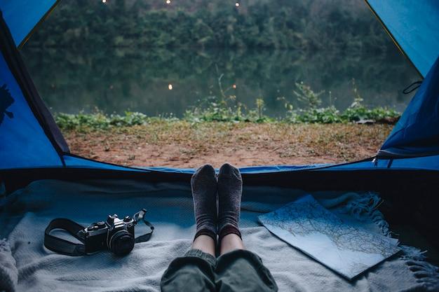 川でキャンプする人々