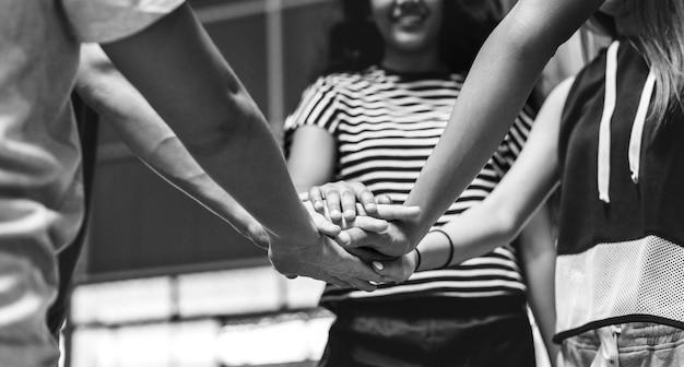 Группа друзей подросток на основе совместной работы баскетбольной команды и концепции единения