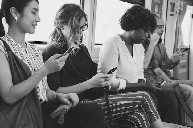 Группа разнообразных людей, использующих смартфоны