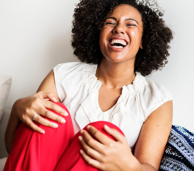 Женщина смеется громко с радостью